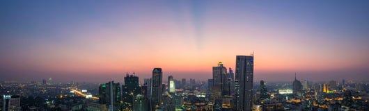 Panoramautsikt av den Bangkok staden på damm, Thailand Arkivbilder