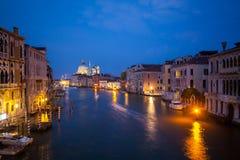 Panoramautsikt av den berömda kanalen som är stor från den Rialto bron i Venedig, Italien royaltyfri bild
