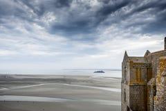 Panoramautsikt av den berömda tidvattens- ön av Le Mont Saint-Michel på en molnig dag, Normandie, nordliga Frankrike arkivbilder