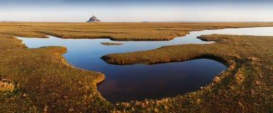 Panoramautsikt av den ber?mda historiska tidvattens- ?n f?r Le Mont Saint-Michel p? en solig dag med bl? himmel och moln i sommar royaltyfria bilder