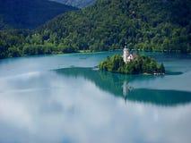 Panoramautsikt av den blödde sjön med pilgrimsfärdkyrkan av antagandet av Maria, Slovenien arkivbild