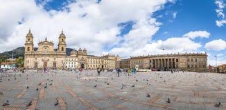 Panoramautsikt av den Bolivar fyrkanten med domkyrkan och den colombianska nationella Kapitolium och kongressen - Bogota, Colombi royaltyfri bild