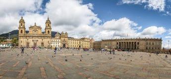 Panoramautsikt av den Bolivar fyrkanten med domkyrkan och den colombianska nationella Kapitolium och kongressen - Bogota, Colombi royaltyfria foton