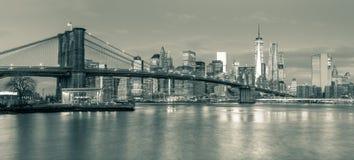 Panoramautsikt av den Brooklyn bron och Manhattan i New York Cit Royaltyfria Bilder