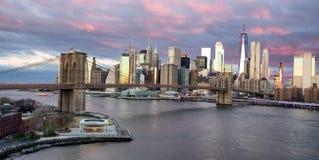 Panoramautsikt av den Brooklyn bron på soluppgång i New York USA arkivbild