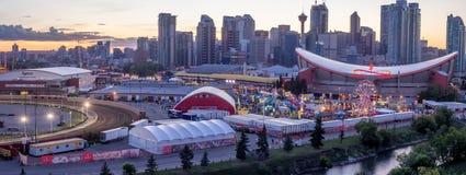 Panoramautsikt av den Calgary rusningen på solnedgången arkivfoto