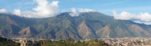 Panoramautsikt av den Caracas och cerro El Avila nationalparken, berömt berg i Venezuela royaltyfri fotografi