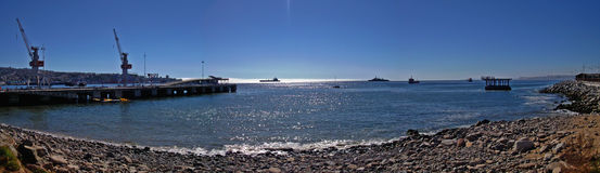 Panoramautsikt av den chilenska stranden och port royaltyfria foton