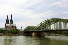 Panoramautsikt av den Cologne domkyrkan och den Hohenzollern bron, Tyskland royaltyfria bilder