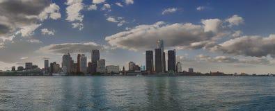 Panoramautsikt av den Detroit horisont och floden Arkivbilder