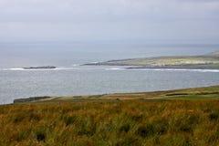 Panoramautsikt av den Doolin byn med pir, ståndsmässiga Clare, Irland Royaltyfria Bilder