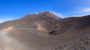 Panoramautsikt av den Etna krater som skapas av utbrott i 2002 Arkivbilder