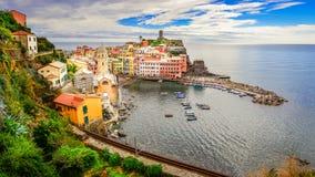 Panoramautsikt av den färgrika Vernazza byn i Cinque Terre arkivfoto