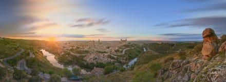 Panoramautsikt av den forntida staden och alcazaren på en kulle över Taguset River, Castilla la Mancha, Toledo, Spanien Fotografering för Bildbyråer