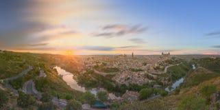 Panoramautsikt av den forntida staden och alcazaren på en kulle över Taguset River, Castilla la Mancha, Toledo, Spanien Royaltyfria Bilder