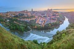 Panoramautsikt av den forntida staden och alcazaren på en kulle över Taguset River, Castilla la Mancha, Toledo, Spanien Arkivbild