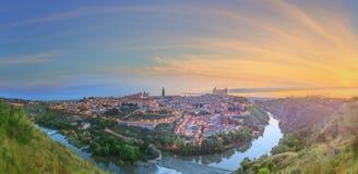 Panoramautsikt av den forntida staden och alcazaren på en kulle över Taguset River, Castilla la Mancha, Toledo, Spanien Arkivbilder