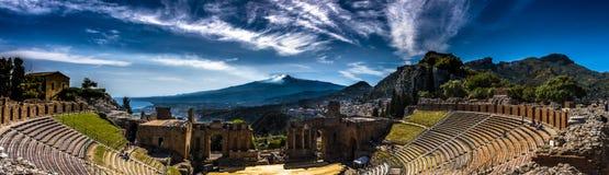 Panoramautsikt av den forntida teatern i Taormina, Sicilien royaltyfri fotografi