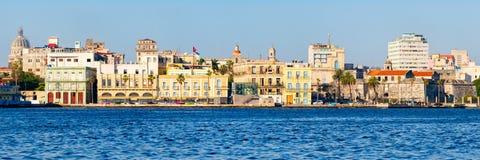 Panoramautsikt av den gamla havannacigarren i Kuba med flera färgrika byggnader och gränsmärken för sjösida Royaltyfri Fotografi