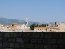 Panoramautsikt av den gamla staden Budva Arkivbilder