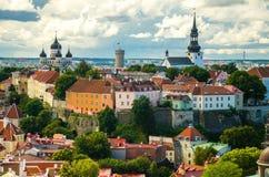 Panoramautsikt av den gamla staden Tallinn med torn och väggar, Estoni royaltyfria bilder