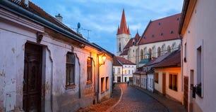 Panoramautsikt av den gamla stenlade gatan i det historiska centret på en vinterafton Stad av Znojmo, Tjeckien Royaltyfri Fotografi