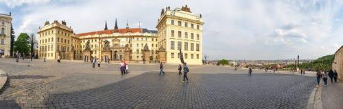 Panoramautsikt av den härliga byggnaden av uppehållet av presidenten av Tjeckien i den Prague slotten royaltyfri bild