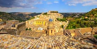 Panoramautsikt av den härliga byn Ragusa i Sicilien Arkivbilder
