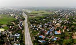 Panoramautsikt av den härliga gataingången av staden royaltyfria foton