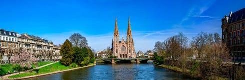 Panoramautsikt av den härliga kyrkan i Strasbourg från floden Arkivbilder