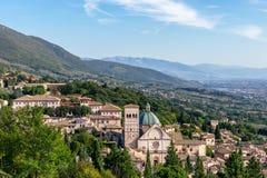 Panoramautsikt av den historiska staden av Assisi och kullar av Umbri royaltyfri foto