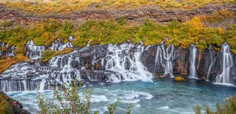 Panoramautsikt av den Hraunfossar vattenfallet i tidig höst iceland royaltyfria foton
