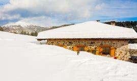 Panoramautsikt av den idylliska vinterunderland med bergblast och den traditionella bergchalet i dolomitesna Royaltyfri Fotografi