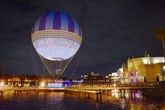 Panoramautsikt av den iluminated sjökusten och luftballongen på natten i sjön Buena Vista royaltyfria bilder