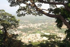Panoramautsikt av den Junnar staden från det Shivneri fortet royaltyfri foto