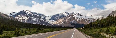 Panoramautsikt av den kanadensiska Rocky Mountain Arkivfoton
