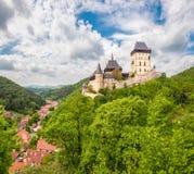 Panoramautsikt av den Karlstein slotten Fotografering för Bildbyråer