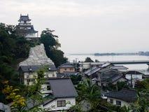 Panoramautsikt av den Kitsuki staden med den Kitsuki slotten - Oita prefektur, Japan royaltyfri fotografi