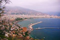 Panoramautsikt av den kust- turkiska staden, berg, bro royaltyfri foto