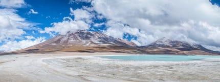 Panoramautsikt av den Laguna Verde gräsplanlagun och den Licancabur vulkan i den Bolivean altiplanoen - Potosi avdelning, Bolivia Arkivfoto
