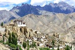 Panoramautsikt av den Lamayuru kloster i Ladakh, Indien Arkivfoton