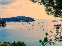 Panoramautsikt av den lyxiga semesterorten för kustlinje och för strand Skälla med yachter, trevlig port, Villefranche-sur-Mer, N Fotografering för Bildbyråer