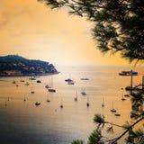 Panoramautsikt av den lyxiga semesterorten för kustlinje och för strand Skälla med yachter, trevlig port, Villefranche-sur-Mer, N Arkivbilder