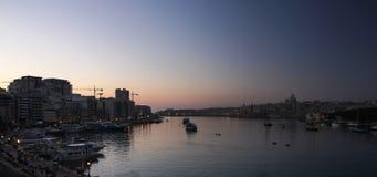 Panoramautsikt av den mörka natten och gryning över den storslagna hamnen av Valletta arkivfoton
