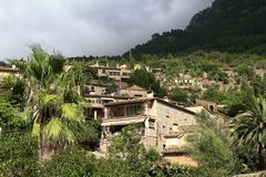 Panoramautsikt av den medelhavs- byn av Deja i Mallorca, Spanien royaltyfri fotografi