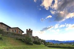 Panoramautsikt av den medeltida byn av Ricetto di Candelo i Piedmont som används som en fristad i tider av attack under mitt Ag royaltyfri bild