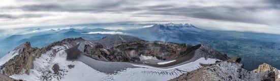Panoramautsikt av den Misti vulkan också som är bekant som Putina, Peru arkivfoton