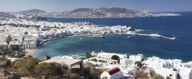 panoramautsikt av den Mykonos stadhamnen med berömda väderkvarnar från de ovannämnda kullarna på en solig sommardag, Mykonos, Cyc arkivbilder