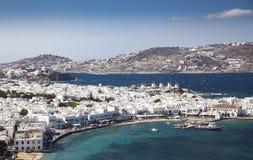 panoramautsikt av den Mykonos stadhamnen med berömda väderkvarnar från de ovannämnda kullarna på en solig sommardag, Mykonos, Cyc royaltyfria foton