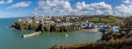 Panoramautsikt av den nätta fiska hamnen av port Issac i Cornwall, UK royaltyfri foto